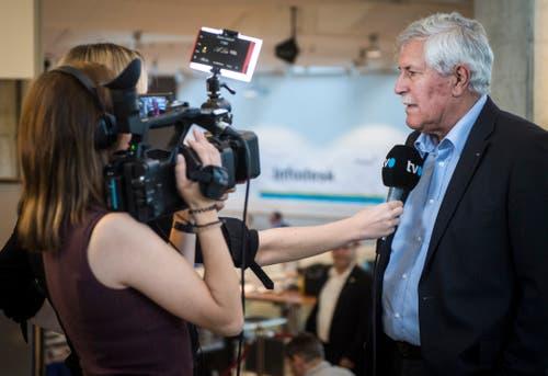 Alt Nationalrat Hansjörg Walter war im Wahlzentrum ebenfalls zugegen. (Bild: Reto Martin)