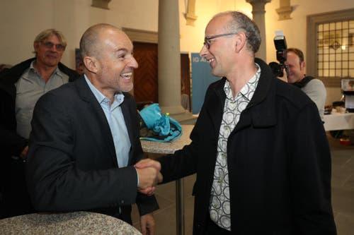 Roland Fischer (GLP) und Michael Töngi (Grüne) gratulieren sich gegenseitig zum Sitz im Nationalrat. (Bild: Philipp Schmidli, Luzern, 20. Oktober 2019)