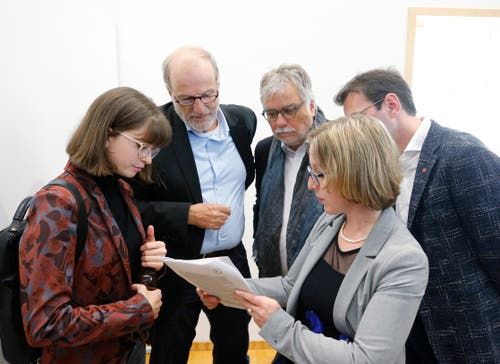 Die SP im Gespräch (von links): Isabel Liniger, Dolfi Müller, Urs Bertschi, Drin Alaj und Barbara Gysel. (Bild: Stefan Kaiser, Zug, 20. Oktober 2019)