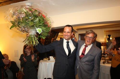 Damian Müller (FDP) freut sich mit Markus Zenklusen, FDP-Parteipräsident des Kantons Luzern. (Bild: Philipp Schmidli, Luzern, 20. Oktober 2019)