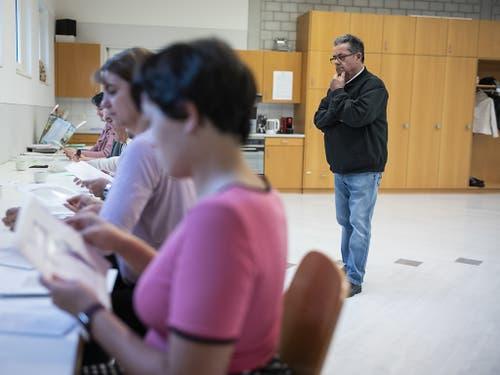 Jürg Truog beobachtet, wie die Wahlzettel aus Clavaleyres in Münchenwiler ausgezählt werden. (Bild: KEYSTONE/ALESSANDRO DELLA VALLE)