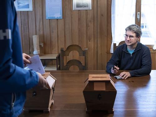 Gemeinderat Urs Zuberbühler überwacht die Stimmabgabe, am Wahltag in Guttannen. (KEYSTONE/Peter Schneider) (Bild: KEYSTONE/PETER SCHNEIDER)