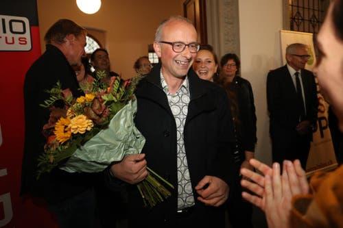Der Grüne Nationalrat Michael Töngi wird im Regierungsgebäude begrüsst. (Bild: Philipp Schmidli, Luzern, 20. Oktober 2019)