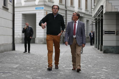 Der abgewählte FDP-Nationalrat Peter Schilliger (links) unterwegs ins Regierungsgebäude. (Bild: Philipp Schmidli, Luzern, 20. Oktober 2019)