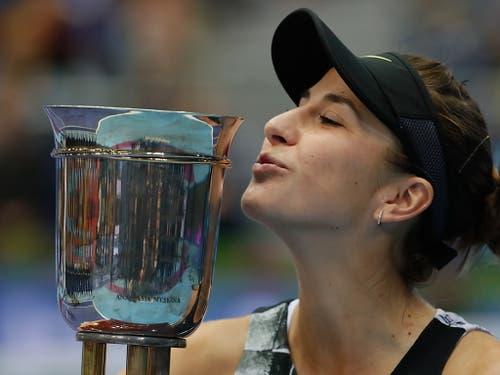 Süsser Siegerpokal: In Moskau holte sich Belinda Bencic nicht nur ihren vierten WTA-Titel, sondern auch die erstmalige Qualifikation für die WTA Finals (Bild: KEYSTONE/EPA/YURI KOCHETKOV)