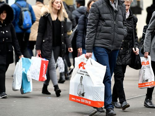 Bei der Coop-Tochter Fust gibt es ab Anfang 2020 keine Gratis-Plastiksäcke mehr, um den Einkauf nach Hause zu tragen. (Bild: KEYSTONE/WALTER BIERI)