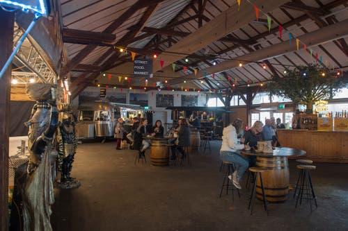 Im Streetfood-Zelt gibt's Kulinarisches aus aller Welt. (Bild: Maria Schmid, Zug, 23. Oktober 2019)