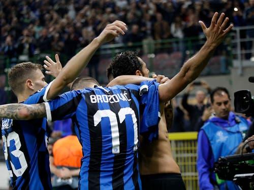 Antonio Candreva feiert seinen Treffer zum 2:0 gegen Dortmund mit nacktem Oberkörper (Bild: KEYSTONE/AP/LUCA BRUNO)