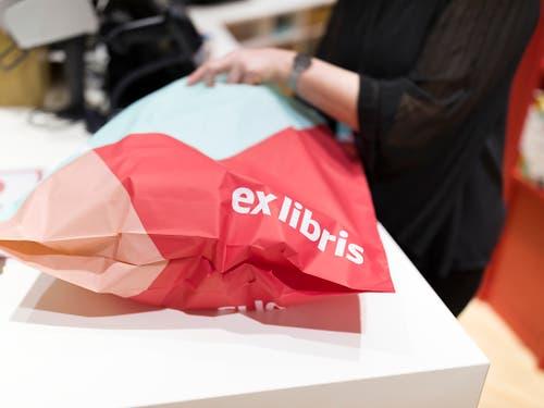Einen Plastiksack erhalten Kundinnen und Kunden von Ex Libris ab Neujahr nicht mehr gratis. Die Migros setzt eine Branchenvereinbarung im Detailhandel ab 1. Januar um. (Bild: KEYSTONE/GAETAN BALLY)