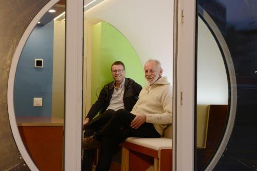 Sind ein erfolgreiches Team: Schreinermeister Rolf Brändle und Projektentwickler Dieter Brendel haben das erste Röhrenhotel der Schweiz gemeinsam entwickelt. (Bild: Michael Freisager)