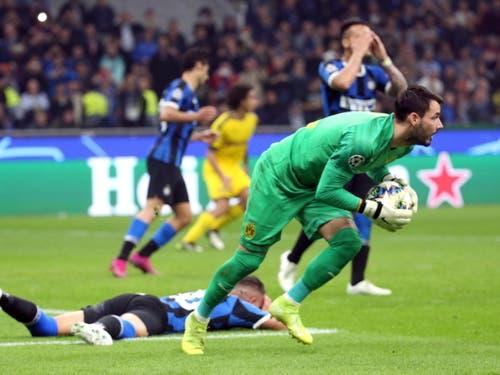 Roman Bürki hält für Dortmund einen Penalty, kann die Niederlage aber trotzdem nicht verhindern (Bild: KEYSTONE/EPA ANSA/MATTEO BAZZI)
