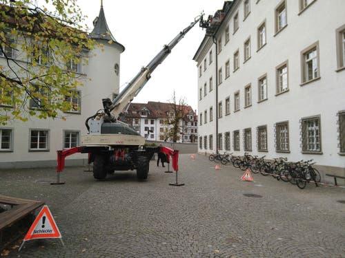 Mit einer Hebebühne vor dem Eingang der Stiftsbibliothek wurden zwei Arbeiter auf das Dach gehoben. (Bilder: Sandro Büchler)