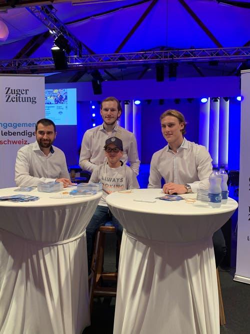 Die EVZ-Spieler hautnah: Am 23. Oktober waren verschiedene EVZ-Spieler zu Gast an der Zuger Messe. Fabian Schnyder (von links), Sven Senteler und Dario Wüthrich verteilten Autogramme. (Bild: PD)
