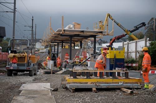 Die neue S-Bahn-Haltestelle Hergiswil Matt entsteht. Vor der Totalsperre von übernächster Woche nimmt der Zug noch die alte Strecke. (Bild: Corinne Glanzmann, Hergiswil, 23. Oktober 2019)