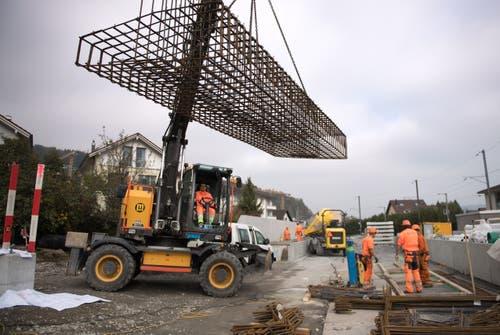 Grosse Maschinen fahren auf. (Bild: Corinne Glanzmann, Hergiswil, 23. Oktober 2019)