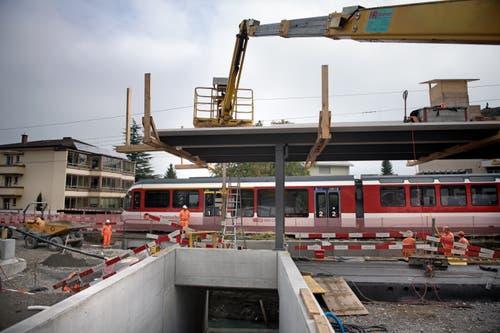 Ein Zug fährt langsam an der Baustelle vorbei. (Bild: Corinne Glanzmann, Hergiswil, 23. Oktober 2019)