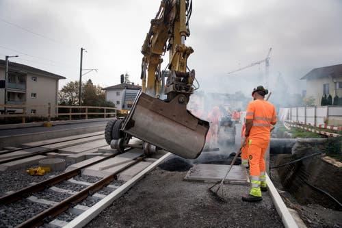 Bauarbeiter bei der Arbeit. (Bild: Corinne Glanzmann, Hergiswil, 23. Oktober 2019)