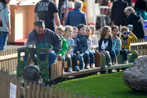 Auch die kleinen Gäste kommen dank der Dampflokomotive auf ihre Kosten. (Bild: Maria Schmid, Zug, 25. Oktober 2019)