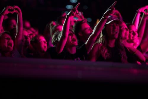 Den Fans gefällt das Konzert von Hecht im Hallenstadion Zürich. (Bild: Corinne Glanzmann, Zürich, 26. Oktober 2019)