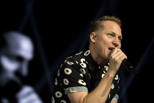 Auftritt im Hallenstadion: Da macht Stefan Buck, der Sänger von Hecht, grosse Augen. (Bild: Corinne Glanzmann, Zürich, 26. Oktober 2019)