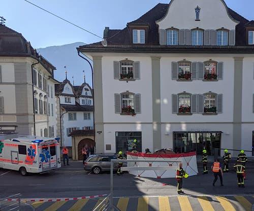 Die Feuerwehr hatte temporär einen Sichtschutz errichtet.