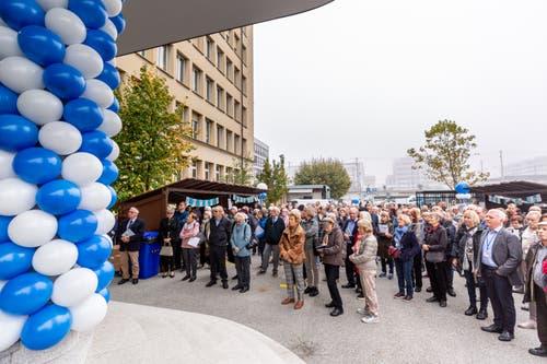 Blau-weisse Ballone schmückten am Samstag den Eingang des Zuger Stadthauses.