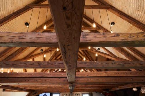 Ein Bijou mit viel Holz, moderner Küche und guter Akustik.
