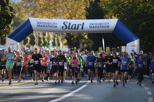 Start zum Swiss City Marathon beim Verkehrshaus. (Bild: Corinne Glanzmann, Luzern, 27. Oktober 2019)