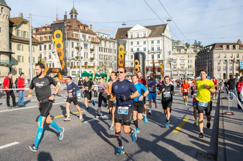 Die Läufer auf der Seebrücke. (Bild: Patrick Hürlimann, Luzern, 27. Oktober 2019)