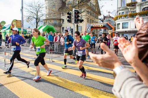 Überqueren der Strasse beim Schwanenplatz. (Bild: Patrick Hürlimann, Luzern, 27. Oktober 2019)