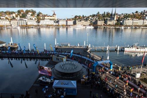 Blick von oben auf die Läufer vor dem KKL. (Bild: Dominik Wunderli, Luzern, 27. Oktober 2019)