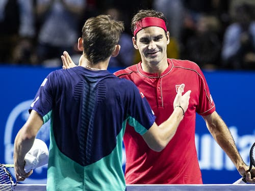 Nach 68 Minuten gratuliert De Minaur Federer zum Sieg (Bild: KEYSTONE/ALEXANDRA WEY)