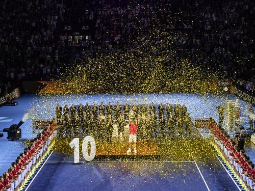 Die Swiss Indoors würdigen Federers zehten Titel bei der Sieger-Zeremonie (Bild: KEYSTONE/ALEXANDRA WEY)