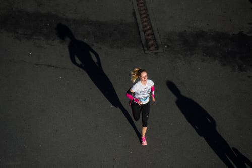 Sie läuft ihrem Schatten davon. (Bild: Dominik Wunderli, Luzern, 27. Oktober 2019)
