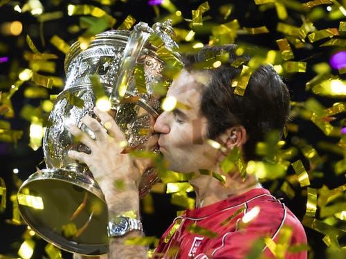 Federer küsst im Konfetti-Regen den Pokal (Bild: KEYSTONE/GEORGIOS KEFALAS)