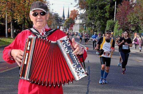 Musikalische Unterstützung für die Läufer. (Bild: Andy Mettler/swiss-image, Luzern, 27. Oktober 2019)