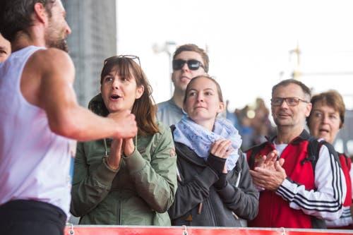 Verdienter Applaus für die Läufer beim KKL. (Bild: Dominik Wunderli, Luzern, 27. Oktober 2019)