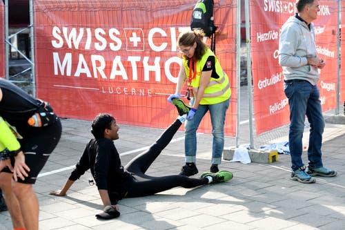 Erste Hilfe bei einem Krampf. (Bild: Corinne Glanzmann, Luzern, 27. Oktober 2019)