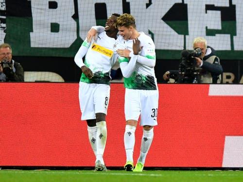 Schweizer Jubel in Mönchengladbach: Denis Zakaria (links) und Nico Elvedi nach dem Sieg gegen Frankfurt (Bild: KEYSTONE/AP/MARTIN MEISSNER)