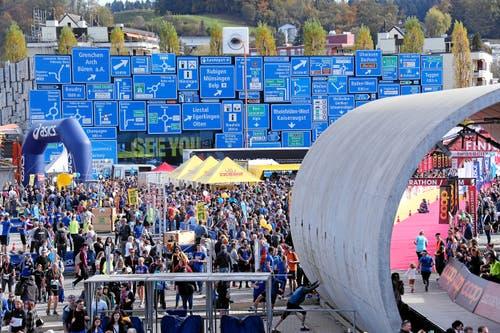 Zieleinlauf der besonderen Art: Mitten im Verkehrshaus laufen die Teilnehmerinnen und Teilnehmer des Swiss City Marathon Lucerne ein und freuen sich über ihren ganz persönlichen Erfolg. (Andy Mettler/swiss-image, Luzern, 27. Oktober 2019)