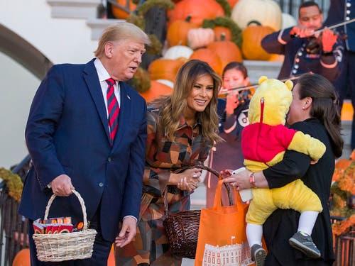 Die Trumps verteilen Süssigkeiten zu Halloween. (Bild: KEYSTONE/AP/ALEX BRANDON)
