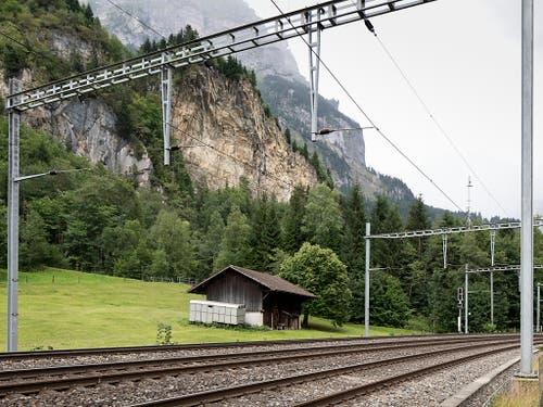 Von einer Explosion im ehemaligen Munitionslager Mitholz könnten auch wichtige Infrastrukturen wie die Bahn betroffen werden. (Bild: KEYSTONE/GAETAN BALLY)