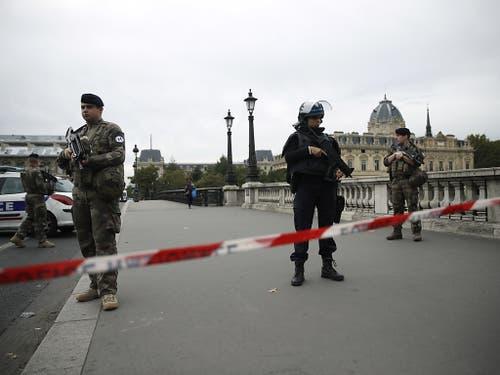 Auch das Militär steht im Einsatz vor dem Hauptquartier der Polizei in Paris. (Bild: KEYSTONE/EPA/YOAN VALAT)