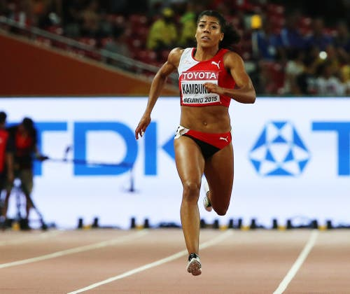 2015: Weltmeisterschaften PekingIn den Final schafft es Kambundji an den internationalen Titelkämpfen zwar nicht, immerhin stellt sie aber über 200 Meter einen neuen Schweizer Rekord auf. Sie kommt im Halbfinale nach 22,64 Sekunden ins Ziel. (Bild: Keystone)