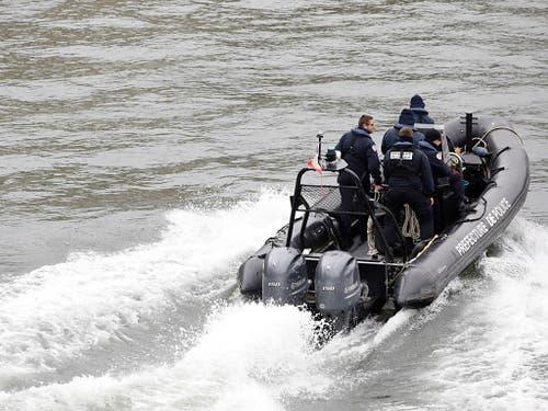 Sofort auch auf der Seine ausgerückt: Ein Patrouillenboot nach der Attacke. (Bild: KEYSTONE/AP/KAMIL ZIHNIOGLU)