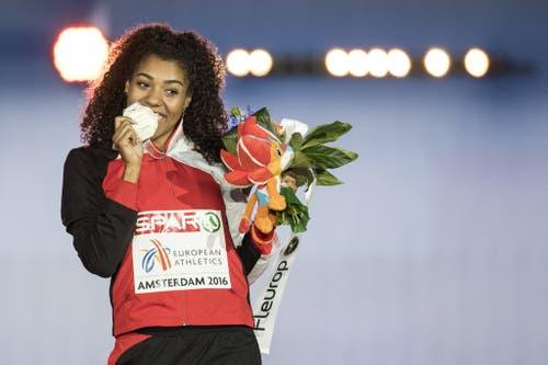 2016: Europameisterschaften AmsterdamUnd nur wenige Tage später schlägt sie zurück. Im Final über 100 Meter läuft die Kambundji zu EM-Bronze und strahlt an der Siegerzeremonie mit der Medaille um die Wette. (Bild: Keystone)
