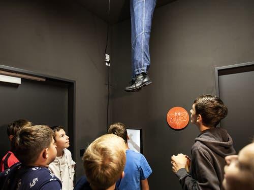 Die ersten Jugendlichen bereiten sich im Gruselkabinett unter zwei baumelnden Beinen auf den Rundgang im Geisterhaus vor. (Bild: KEYSTONE/ALEXANDRA WEY)
