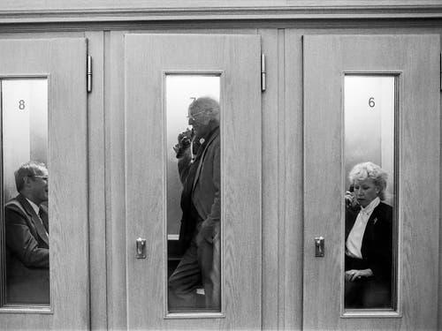 Und auch im Bundeshaus durfte der öffentliche Fernsprecher nicht fehlen: Parlamentsangehörige beim Telefonieren im September 1984 (rechts die Berner FDP-Nationalrätin Geneviève Aubry). (Bild: KEYSTONE/STR)