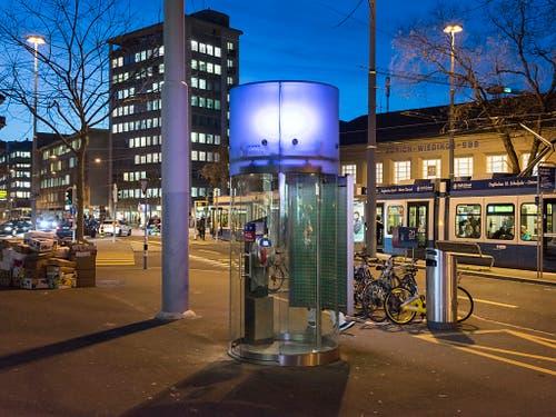 Modern und hell und verschwand trotzdem: Swisscom-Kabine am Bahnhof Wiedikon in Zürich. (Bild: KEYSTONE/CHRISTIAN BEUTLER)