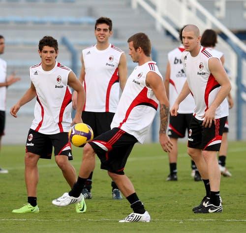 """30. Dezember 2008, Dubai. Trainingslager der AC Milan mit Pato, Kaka, Beckham (v.l.). """"Bei Milan waren etliche Spieler über 30. Und es gab viele Weltstars in diesem Team. Aber glauben sie mir: Die haben härter gearbeitet, als ich es zuvor je gesehen habe. Es war top mit diesen grossen Spielern. Taktisch, technisch konnte ich sehr viel von ihnen lernen. Mit welcher Einstellung sie ihren Beruf ausüben, wie sie sich mit Fussball auseinandersetzen, das war beeindrucken und sehr lehrreich für mich."""" (Bild: Keystone)"""